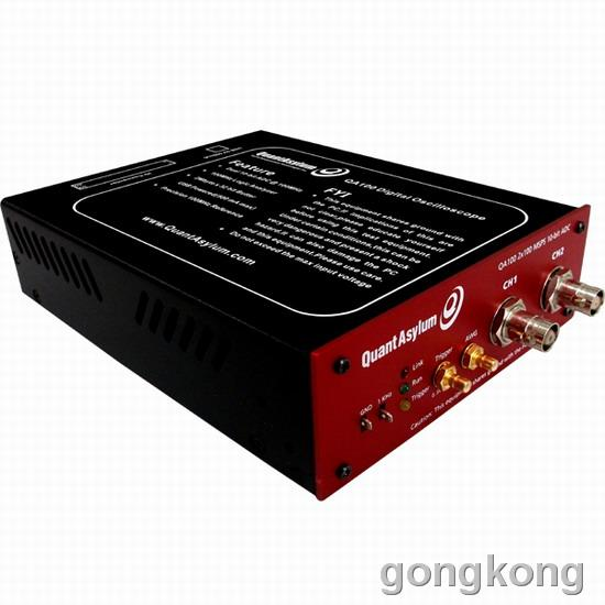 QA100是速准科技最新推出多功能虚拟示波器,揉合了日常电路调试过程中所需的信号产生、测量等多种功能。其构建了一个功能强大的闭环测试系统,既有信号发生器产生模拟信号的激励,亦有数字、模拟信号的检测,且逻辑分析仪还嵌入了常用信号的协议分析功能。 五种功能有机地结合在一起,功能模块间可协同工作,控制简单,观测方便, 在有效地节约实验台面积的同时,也为信号调试提供了极具性价比的仪器解决方案。作为一款虚拟仪器,其充分利用了上位机强大的数据处理能力,为用户预留二次开发的程序接口。 QA100USB混合信号仪器,是