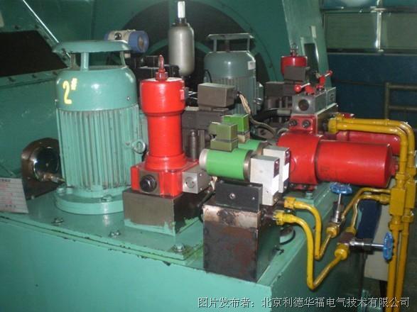 变频器停止驱动电机,同时控制液压站