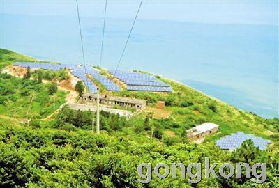 昨天,在平阳县南麂岛一山头,依次排开的太阳能电池板在太阳下反射着