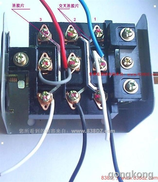回复内容: 对:王者之师-帝国时代关于单相电机电容接线图 220V交流单相电机起动方式大概分一下几种:第一种,分相起动式,如图1所示,系由辅助起动绕组来辅助启动,其起动转矩不大。运转速率大致保持定值。主要应用于电风扇,空调风扇电动机,洗衣机等电机。第二种,电机静止时离心开关是接通的,给电后起动电容参与起动工作,当转子转速达到额定值的70%至80%时离心开关便会自动跳开,起动电容完成任务,并被断开。起动绕组不参与运行工作,而电动机以运行绕组线圈继续动作,如图2。第三种,电机静止时离心开关是接通的,给电后起动